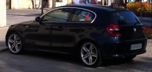 Atrakcyjnie wyglądające trzydrzwiowe BMW serii 1 za sprawą niewielkiej długości (4,24m) łatwiej zaparkować niż serię 3
