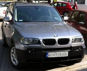 BMW E83 przed liftingiem posiada niemalowane zderzaki